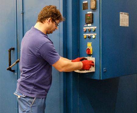 Regelmäßiger Filtermatten-Service bei der Isenmann Siebe GmbH vermeidet Übertemperatur im Schaltschrank durch verschmutzte Filtermatten