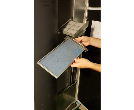 Anwenderbericht Scheid - Entfernen der verschmutzten Filtermatte